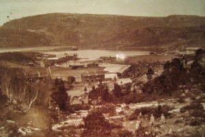 Bildet ovenfor er mulig fra 1897 og tatt fra sør side av Råk. Her er de to gårdene på Råk nærmest mot sør. Berge og Vorphaugen på henholdsvis vestre og østre side av Høvågen som var navnet på indre del av Vågen